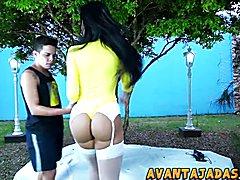 Transex transando com namorado no jardim